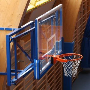 SHHit-basketbolnyj-igrovoj-180h105sm-zakalennoe-steklo-ferma-skladnaya-vynos-do-220-sm-koltso-amortizatsionnoe-s-setkoj-zashhita-shhita